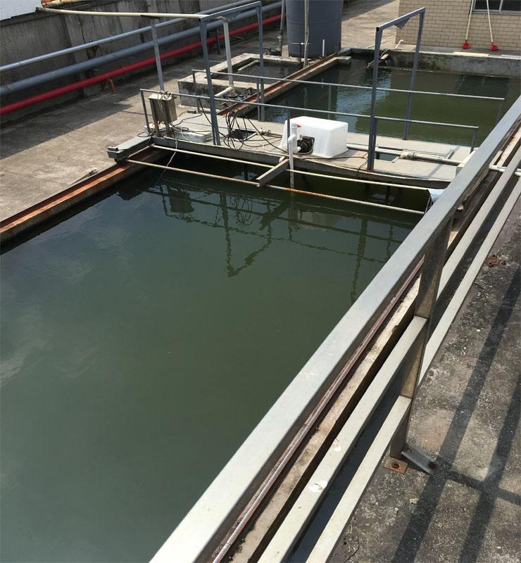 GJ-XG 型刮渣机是气浮池工艺中不可缺少的设备之一,也适用于制革、印染、屠宰、造纸、石油化工、冶金建材、食品等行业废水处理中沉淀池、气浮池的排泥、排渣。是我公司生产的一种理想的排渣环保水设备,特别在造纸废水应该尤为广泛,目的在于将池中表面气泡浮渣等杂物刮至下游(池端),以便集中处理,亦可用于刮集表面浮油。翻板动作由撞块完成,动作可靠,控制形式可根据用户要求。